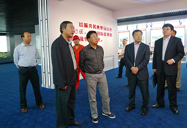 右三)一行介绍历届党和国家领导人来我集团视察情况.-东北特殊钢图片
